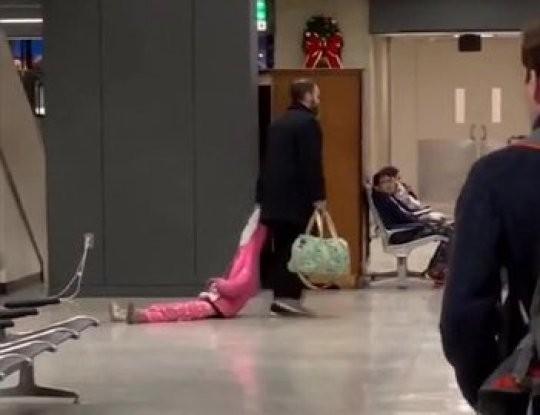 Pai arrastando menino pelo aeroporto (Foto: Reprodução Youtube)