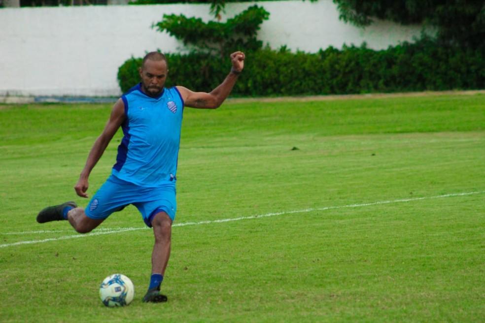 Alecsandro trabalha para melhorar o condicionamento físico — Foto: Mac Cavalcante/GloboEsporte.com