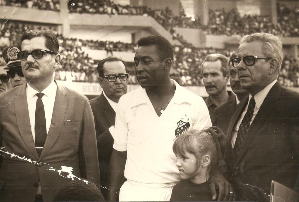 Governador Lamenha Filho (à esq.) e Pelé na inauguração do Estádio Rei Pelé, em 1970 — Foto: Arquivo Museu dos Esportes