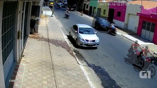 Criança é arremessada e mulher arrastada em batida de carro com moto no RN; veja vídeo