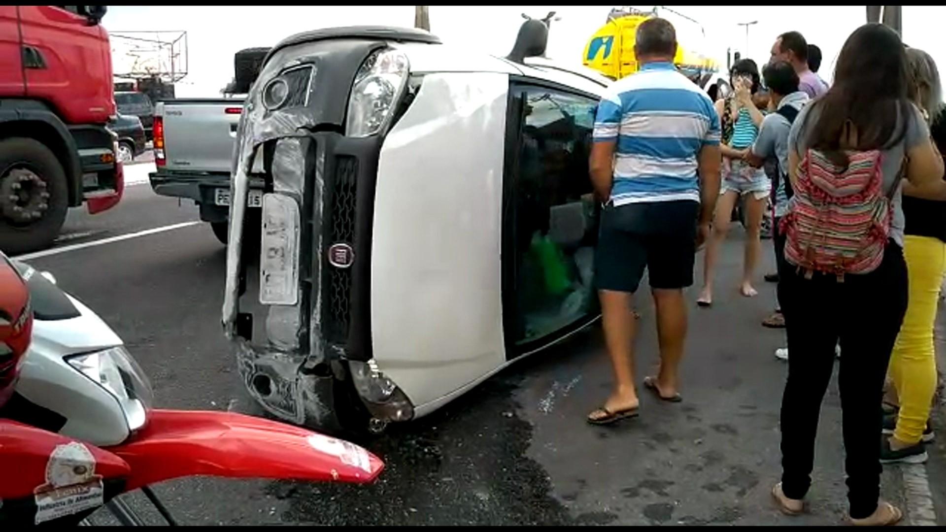 Carro capota após colisão com caminhão e deixa criança ferida, na Zona Oeste do Recife