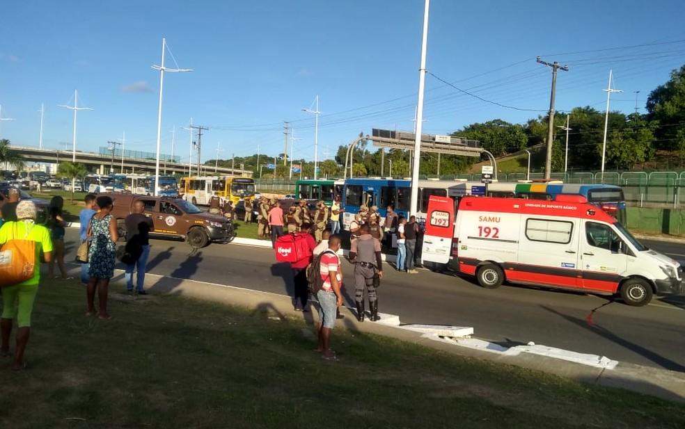Assalto a ônibus deixa baleados na Av. Paralela, em Salvador  — Foto: Redes Sociais