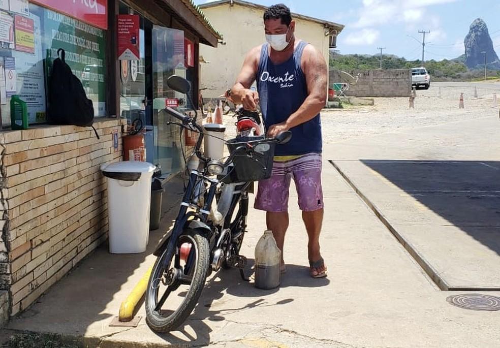 Clésio Dino trocou o carro pela moto  — Foto: Ana Clara Marinho/TV Globo