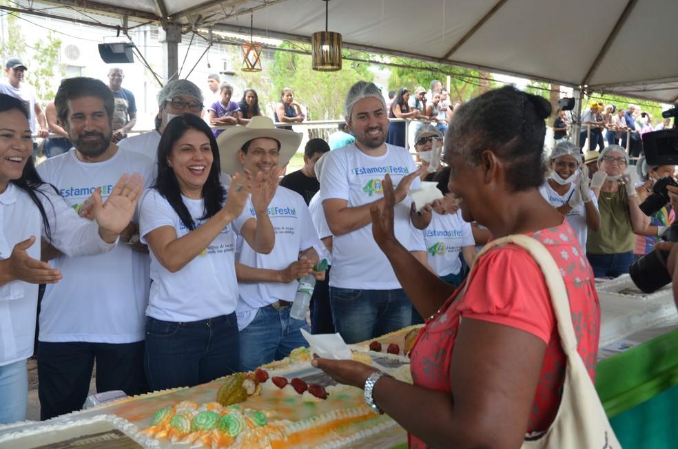 Dona Luzia foi a primeira a receber o pedaço de bolo  (Foto: Magda Oliveira/G1)