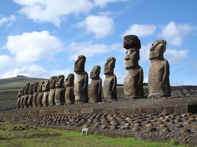 Esculturas Moais da Ilha de Páscoa podem ter sido construídas em colaboração (Foto: Easter Island Ahu/Wikimedia Commons)