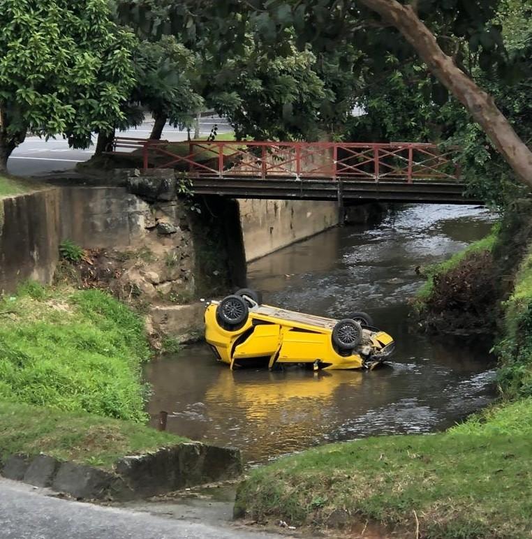Carro cai no Rio Piabanha, em Petrópolis, RJ, e motorista escapa sem ferimentos - Notícias - Plantão Diário