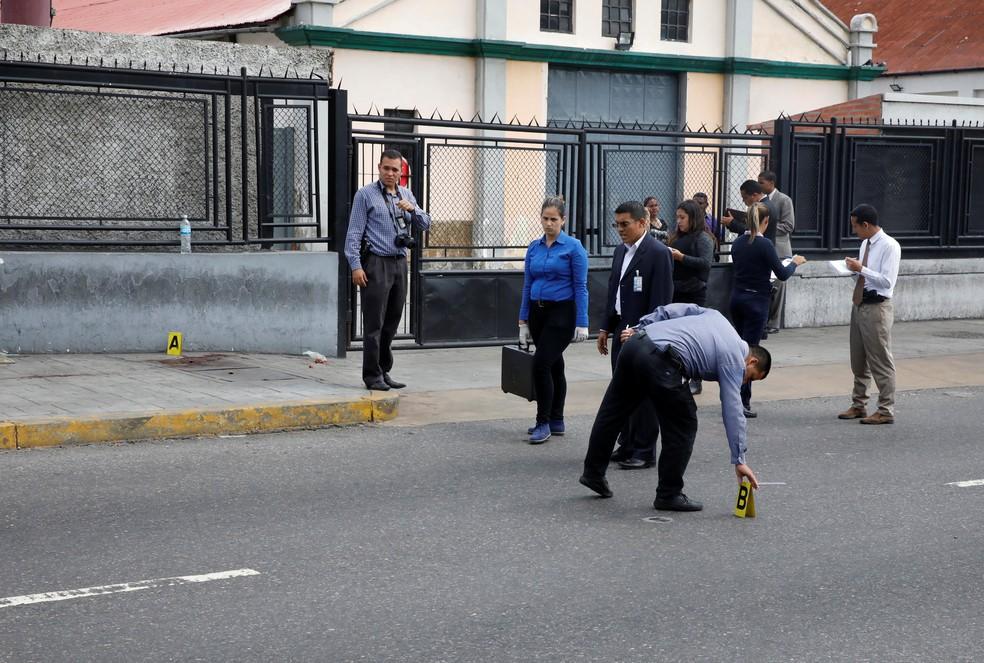 Polícia venezuelana faz primeiras investigações no local do crime, em Caracas (Foto: Reuters)