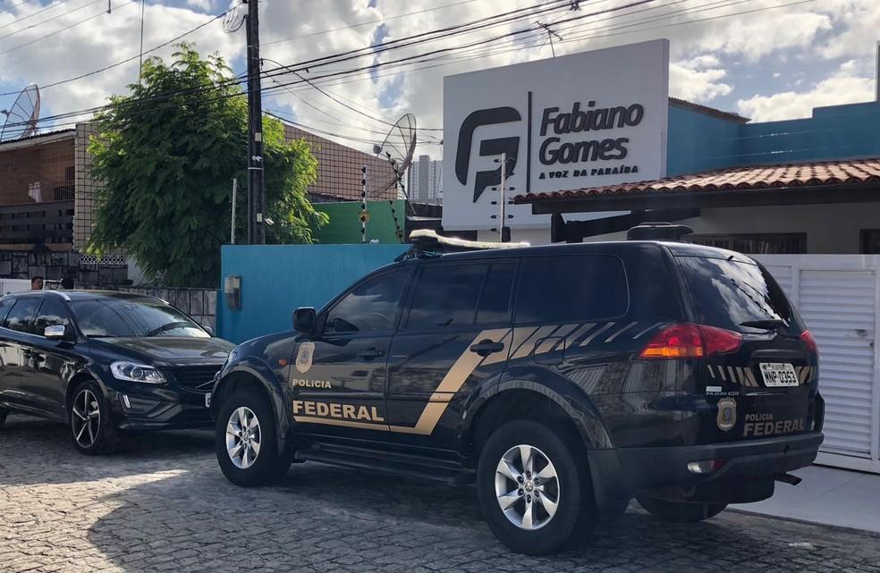 Mandado de busca e apreensão foi cumprido em empresa de radialista, em João Pessoa (Foto: Walter Paparazzo/G1)