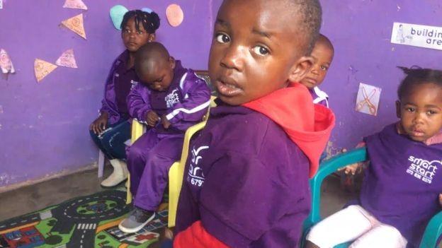 Crianças sul-africanas no SmartStart; atividades dirigidas e com propósito são cruciais para estimular as habilidades infantis (Foto: ARQUIVO PESSOAL/ via BBC)