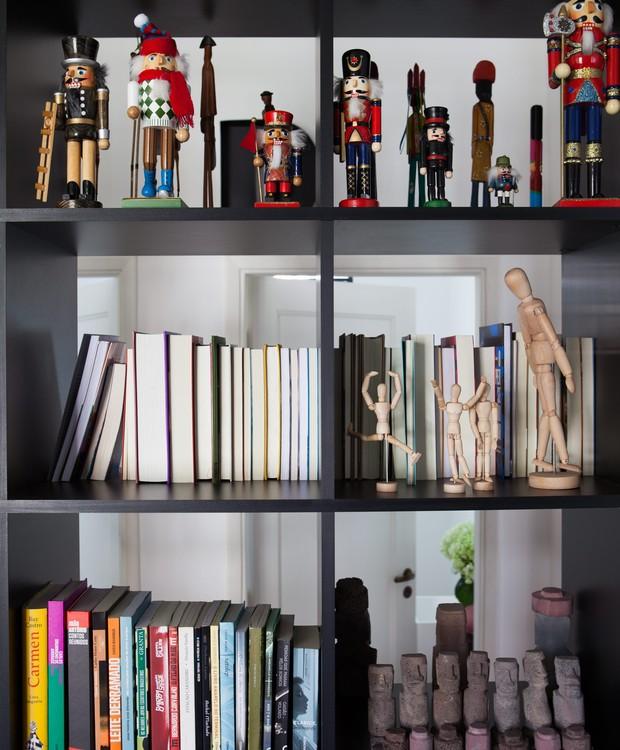 Dos dois lados: a estante, criada pelo designer de interiores Marcel Steiner, tem 50 cm de profundidade e permite que as lombadas dos livros fiquem voltadas para o escritório ou para o corredor (Foto: Lufe Gomes / Editora Globo)