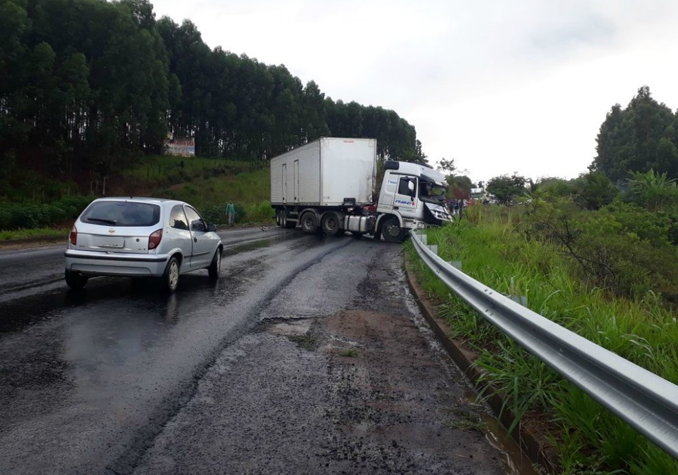 Acidente envolveu três caminhões (Foto: Site Liberdade News)