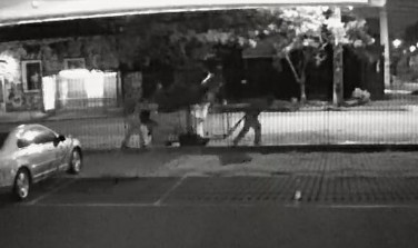 Suspeitos furtam e carregam máquina de assar frango de mais de 200 kg em carrinho de reciclagem; VÍDEO