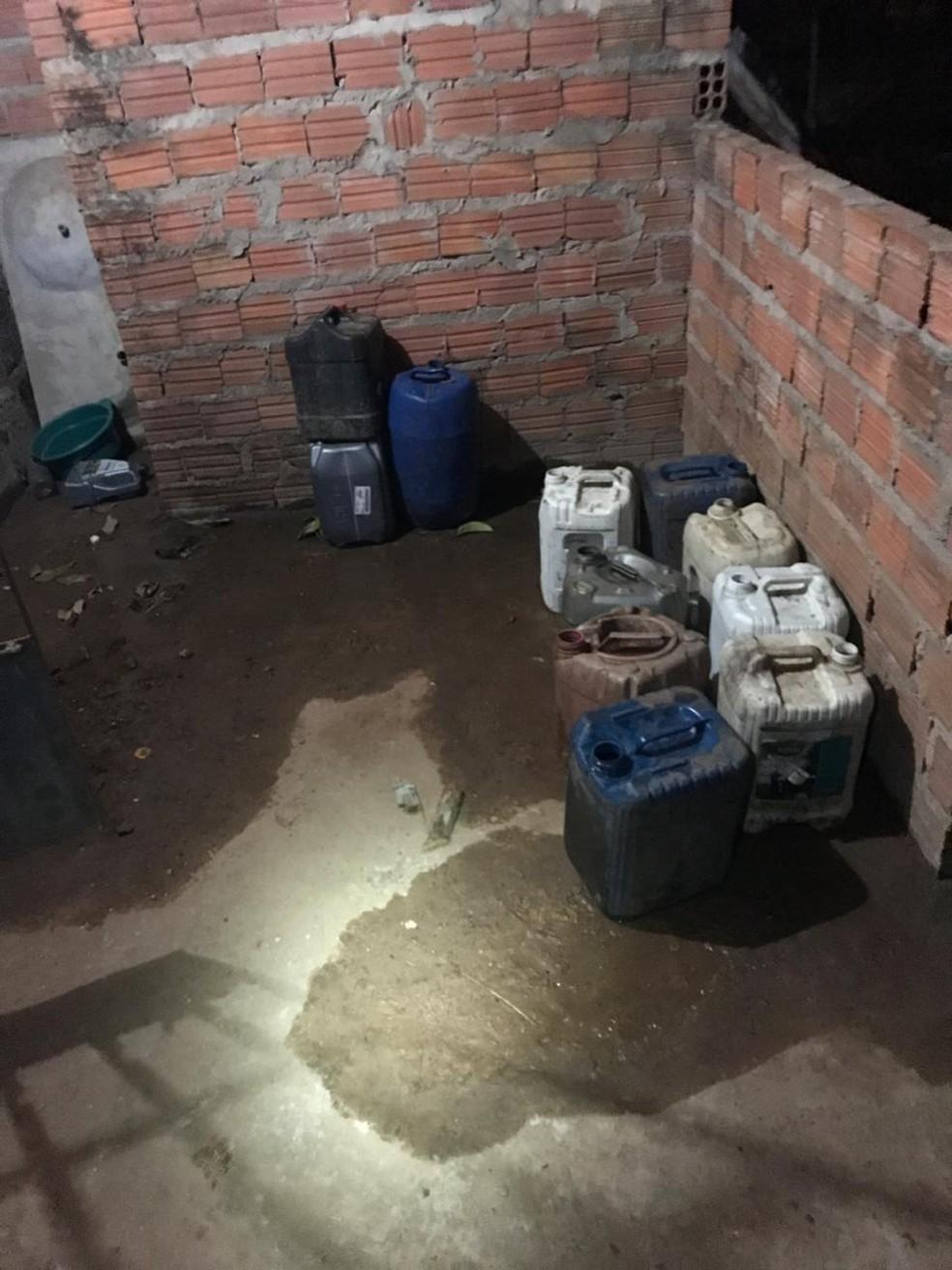 Polícia ainda apreendeu galões com combustível em depósoto clandestino no bairro Estiva em São Luís — Foto: Divulgação/Polícia