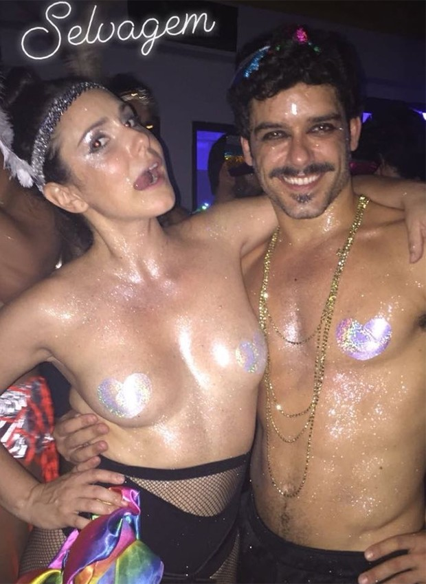 Aline Fanju se diverte com amigo em clima de Carnaval (Foto: Reprodução/Instagram)