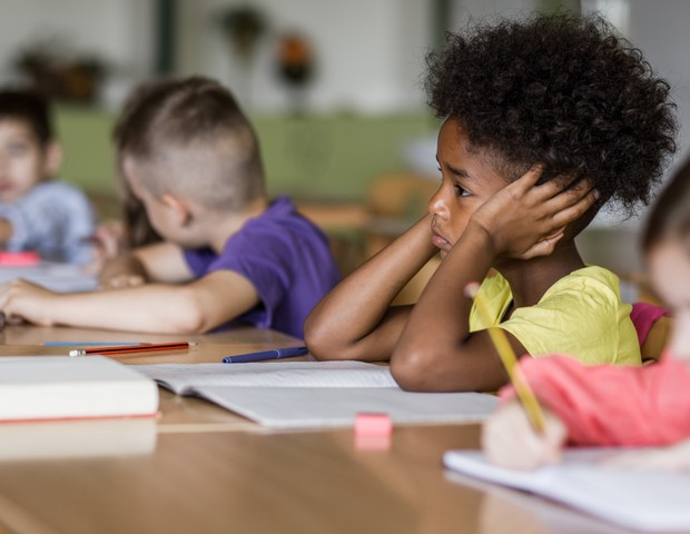 Jovens e crianças são impactados com o fechamento das escolas (Foto: Getty Images)