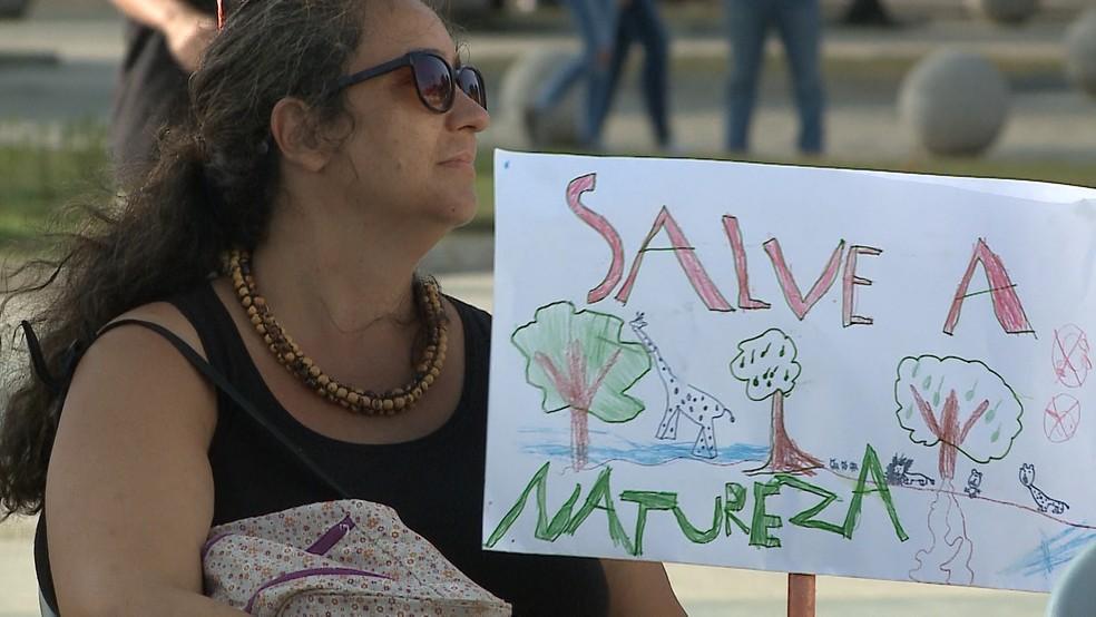 Movimento 'Greve pelo Clima' reuniu simpatizantes na Praça Deodoro nesta sexta (20) — Foto: Miguel Nery