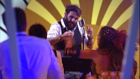 Wagner canta 'Evidências' no karaokê da festa A Era do Rádio