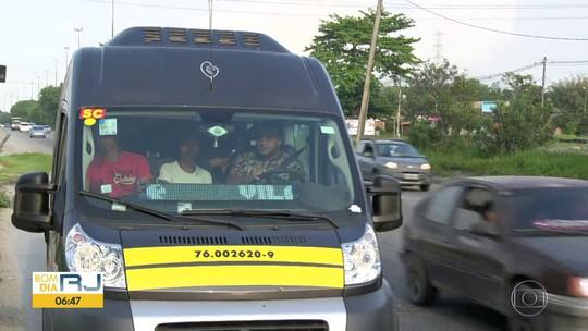 Imagens mostram passageiros de pé em van na Zona Oeste do Rio