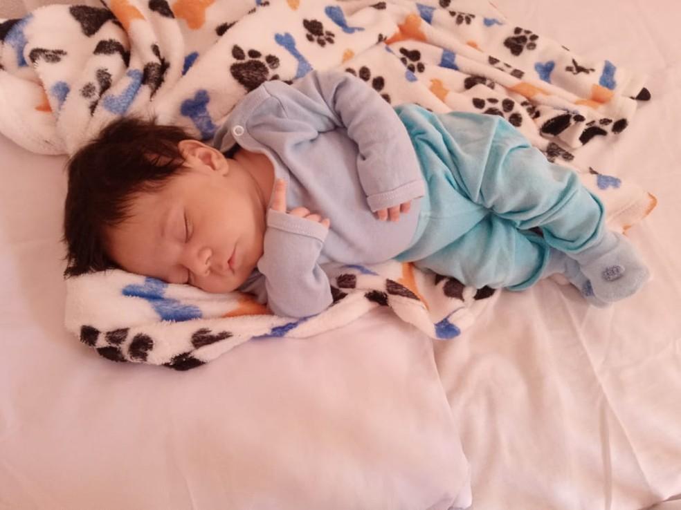 O pequeno Gustavo dormindo em casa, depois de ficar internado por 1 mês para tratar Covid, em Contagem. — Foto: Arquivo pessoal