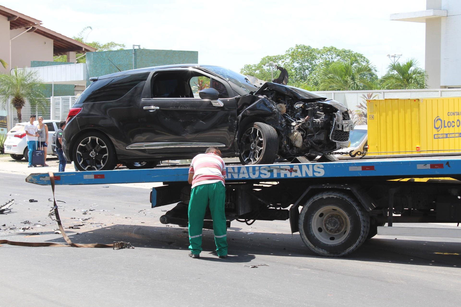 Colisão entre dois veículos deixa uma pessoa ferida em avenida na Zona Centro-Sul de Manaus