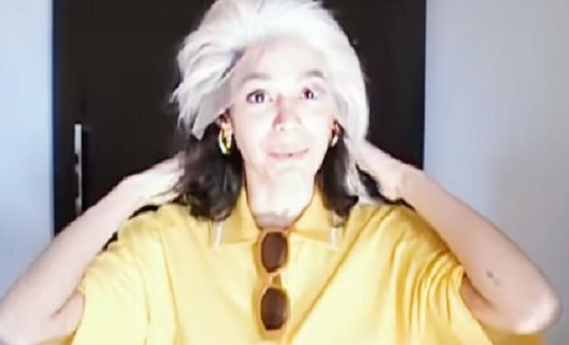Bruna Marquezine brinca com peruca loira em vídeo do Youtube (Foto: Reprodução/Youtube)