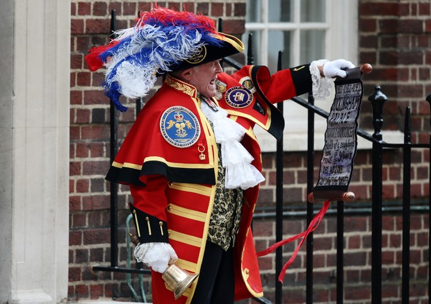 LONDON, ENGLAND - APRIL 23:  A town crier announces that the Duchess of Cambridge has given birth to a baby boy at St Mary's Hospital on April 23, 2018 in London, England. The Duke and Duchess of Cambridge's third child was born this morning at 11:01, wei (Foto: Getty Images)