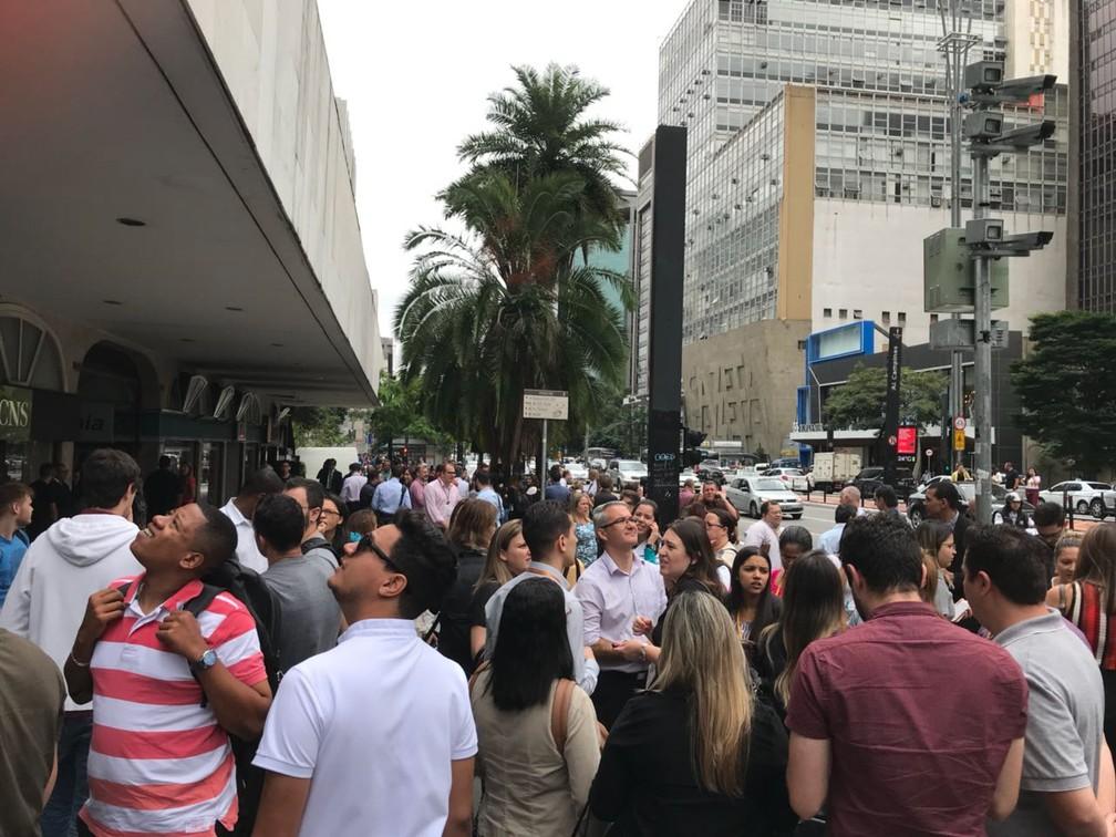 Pessoas deixam prédios na Paulista, em São Paulo (Foto: Rafael Alcadipani/Arquivo Pessoal )