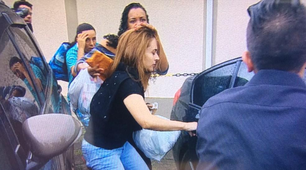 Anna Carolina Jatobá deixou a prisão em um carro importado (Foto: Peterson Grecco/TV Vanguarda)