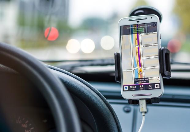 Uso de smartphones pelos motoristas tende a se tornar obsoleto com o avanço dos carros inteligentes, diz John Brandon (Foto: Pixabay)