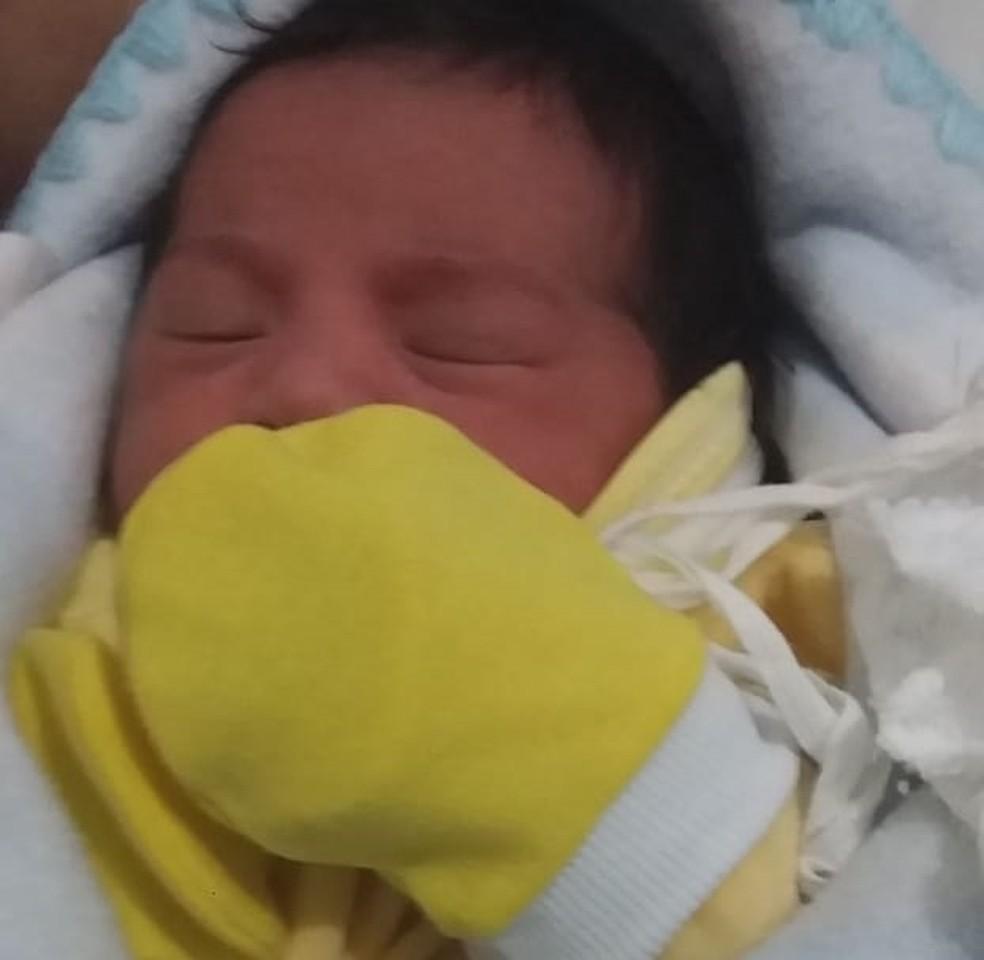 Maria Esmeralda nasceu com 46cm, e 2,75 kg — Foto: Arquivo pessoal