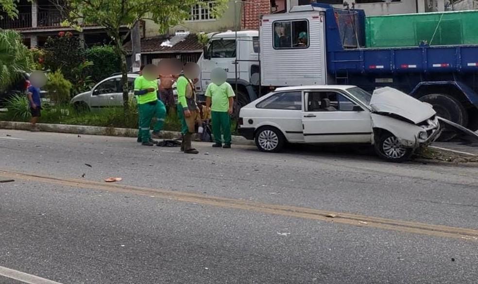 Homem fica ferido em acidente envolvendo dois carros na Rio Santos, em Angra dos Reis — Foto: Reprodução/Redes Sociais