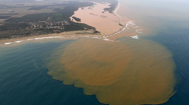 Foz do Rio Doce, em Regência (ES), semanas após o rompimento da barragem da Samarco.  (Foto: Creative Commons / Arnau Aregio)