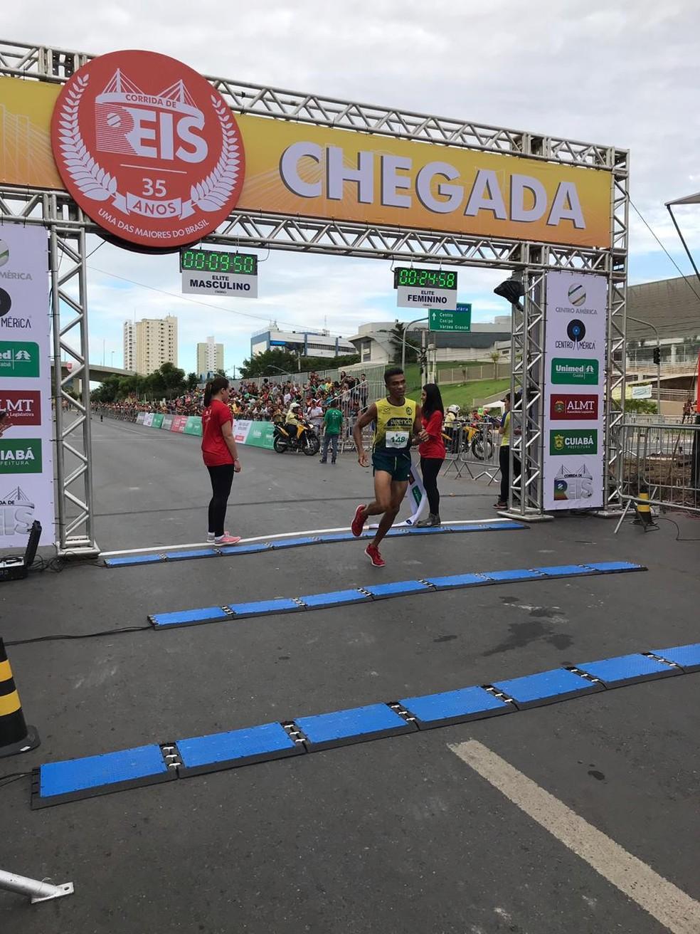 Manoel Leite, campeão da Corrida de Reis, na categoria PcD (Pessoas com Deficiência)  — Foto: André Souza/ G1