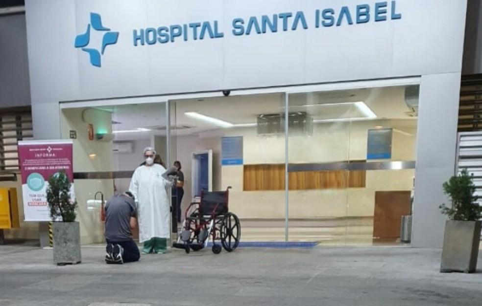 Médico recuperado da Covid-19 se ajoelha para agradecer a Deus ao ...