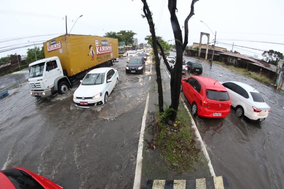Avenida Abdias de Carvalho, no Recife, ficou alagada nos dois sentidos nesta segunda (28) — Foto: Marlon Costa/Pernambuco Press