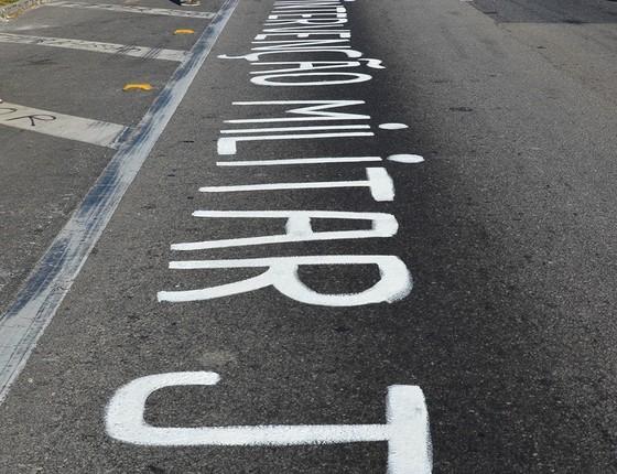 Slogans a favor da intervenção militar surgiram em várias estradas do país nos últimos dias (Foto: NILTON CARDIN/FOLHAPRESS)