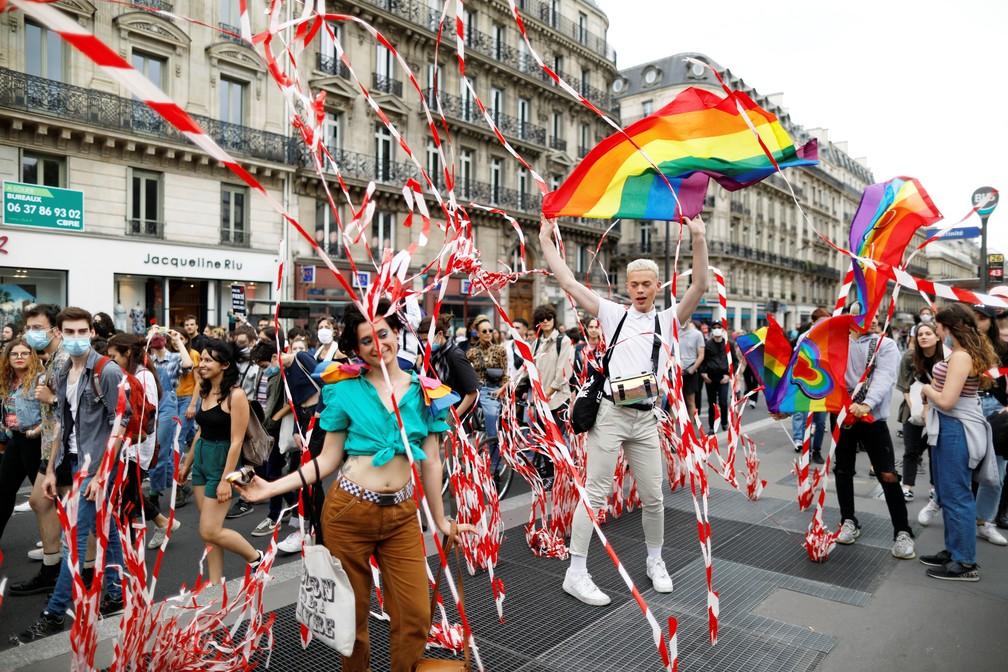 Grupo participa da marcha do Orgulho LGBT em Paris, capital da França, neste sábado (4) — Foto: Charles Platiau/Reuters