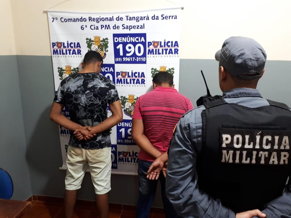 Pais foram presos suspeitos de trancarem filhos em carro para ir até boate em Sapezal — Foto: Polícia Militar de Mato Grosso/Divulgação