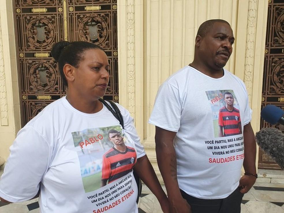 Familiares do Pablo Henrique, vítima da tragédia no Ninho do Urubu, na Alerj para CPI dos Incêndios — Foto: Ronald Lincoln Jr