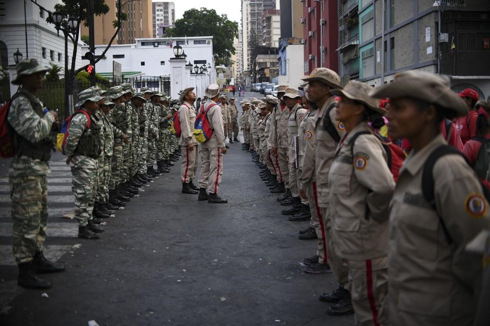 Integrantes da milícia bolivariana desfilam diante do Palácio Presidencial de Miraflores nesta quarta-feira (1º), em apoio o governo de Nicolás Maduro — Foto: AFP/Yuri Cortez
