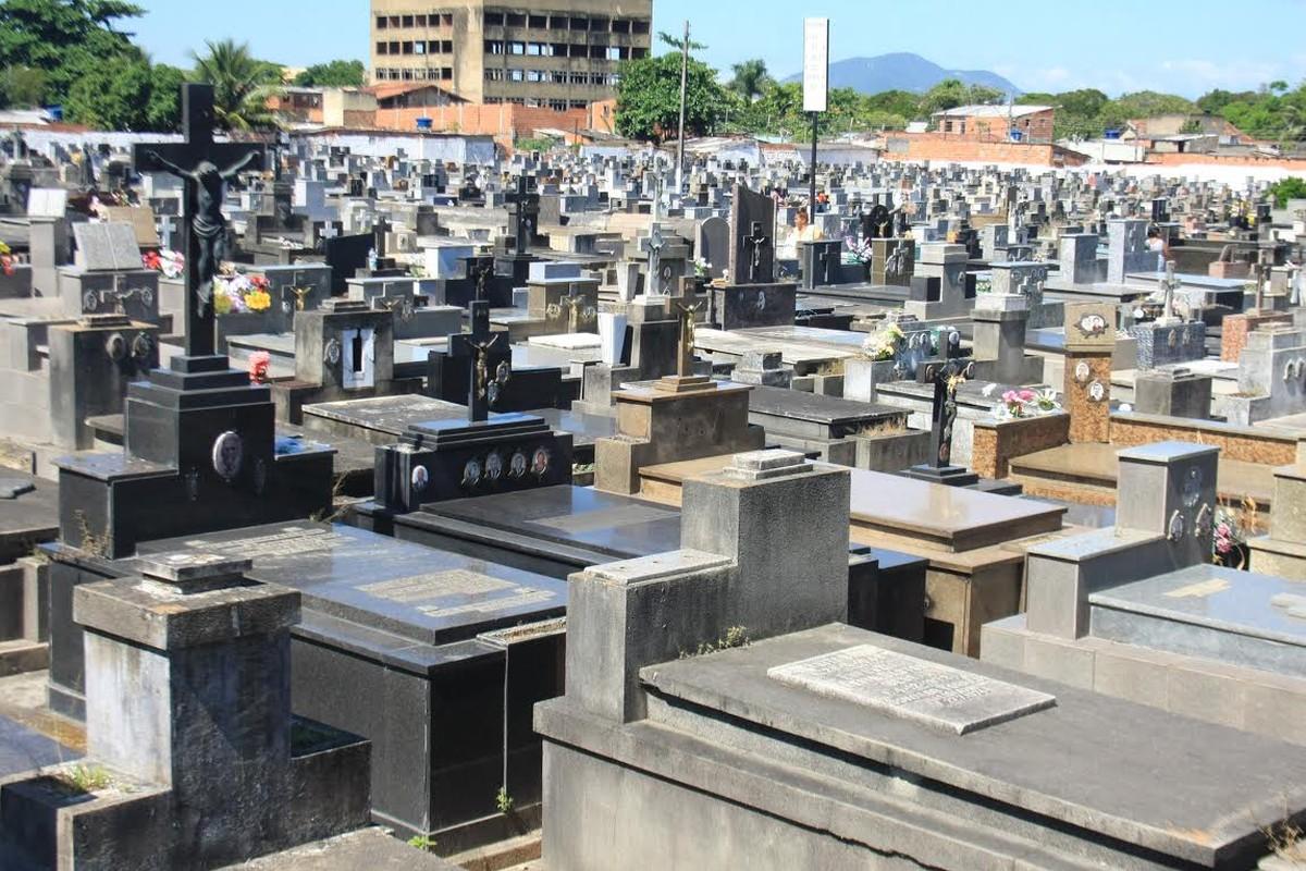 Cemitérios de Campos, RJ, recebem missa campal no Dia de Finados