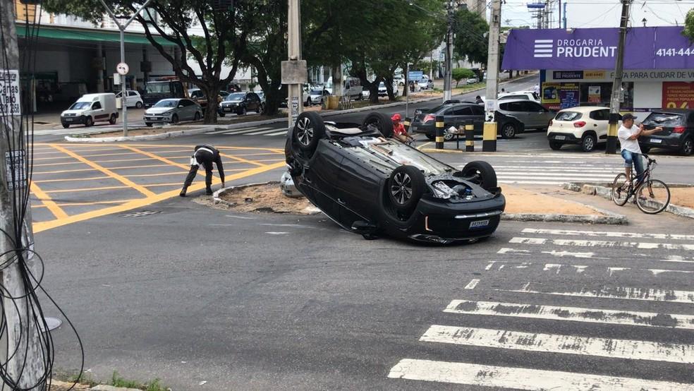 Carro capotou no cruzamento das avenidas Prudente de Morais e Nascimento de Castro, em Natal — Foto: Geraldo Jerônimo/Inter TV Cabugi