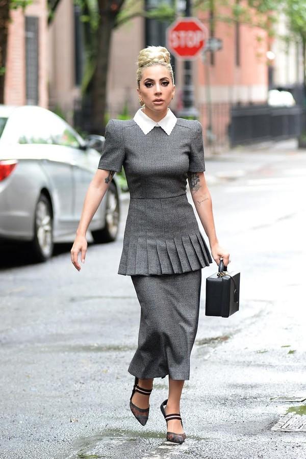 Lady Gaga de Fendi e bolsa Mark Cross em Nova York (Foto: Divulgação)
