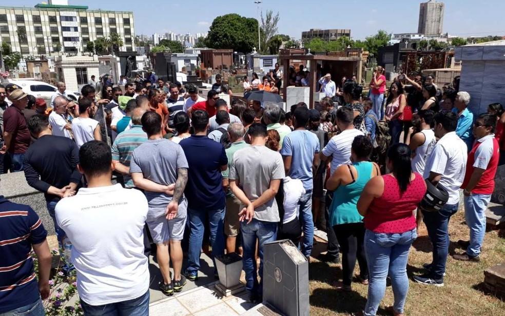 Casal foi enterrado no Cemitério Santana, em Goiânia (Foto: Vitor Santana/G1)