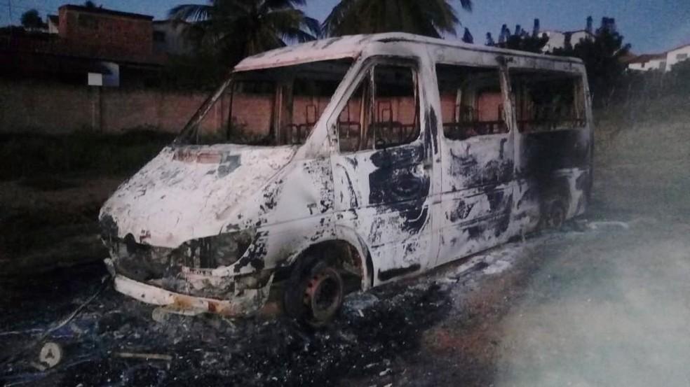 Veículo foi completamente destruído pelas chamas  (Foto: Redes sociais)