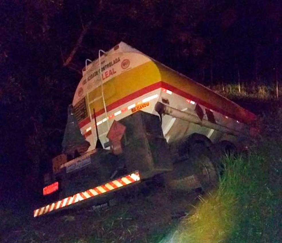 Caminhão envolvido em acidente com carro na BR-101, em Presidente Tancredo Neves (Foto: Caique Freire/Voz da Bahia)