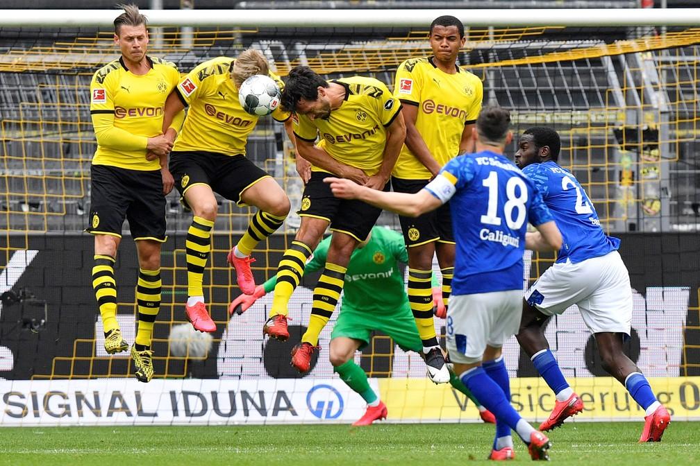 Como esperado, muito contato entre jogadores e a bola na cobrança de falta do Schalke contra o Borussia Dortmund — Foto: Martin Meissner/Pool via REUTERS