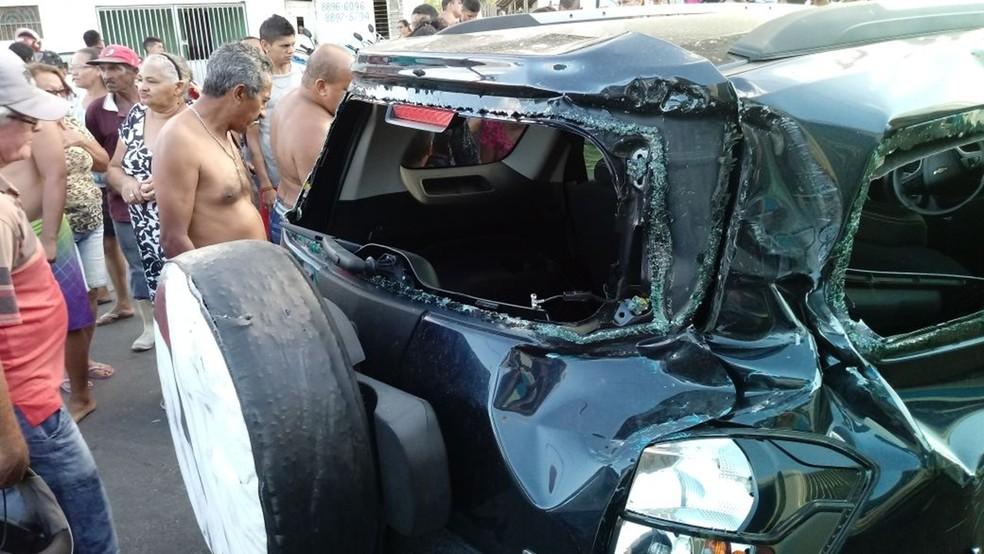 Carro foi atingido na traseira por trem e ficou destruído, em Santa Rita, PB (Foto: Divulgação/CBTU)