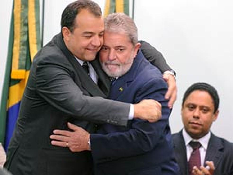 Lula abraça Cabral durante solenidade de assinatura de medidas que criaram a Autoridade Pública Olímpica (Foto: Roosewelt Pinheiro/ABr/Arquivo)