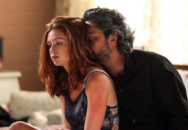Sua família não sabe, mas José Alfredo tem uma amantes, Maria Isis (Marina Ruy Barbosa), a quem sustenta  (Foto: Reprodução)